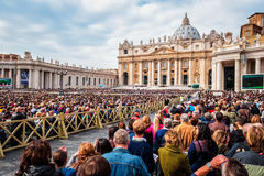 O papa Francis guarda um general Audiência no quadrado de St Peter enchido com muitos peregrinos em Roma, Itália foto de stock