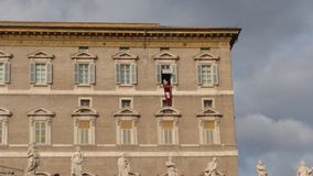 O papa Francis reza o ângelus da janela do apartamento papal - Cidade Estado do Vaticano imagem de stock royalty free