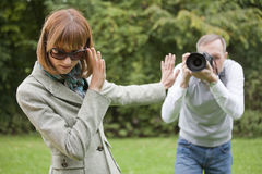 O paparazzi toma um retrato da mulher Fotos de Stock Royalty Free