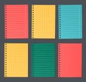 O papel alinhado e esquadrado colorido brilhante do caderno é colado no fundo escuro ilustração stock