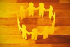 O papel amarelo cortou figuras círculo do formimg na tabela de madeira Fotos de Stock Royalty Free