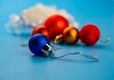 O papel amarrotado e da árvore de Natal bolas estão em um fundo azul fotos de stock
