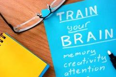 O papel azul com palavras treina seu cérebro Imagens de Stock
