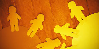 O papel azul e amarelo cortou figuras na tabela Foto de Stock Royalty Free