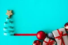 O papel ciano cortou na forma da árvore de Natal com os cones do pinho do presente e a bola vermelha fotografia de stock royalty free