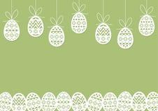 O papel cortou os ovos da páscoa que penduram - ajardine o fundo verde ilustração do vetor