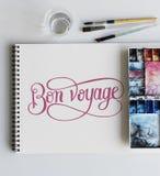O papel do bloco de desenho da paleta da pintura escova a tabela branca imagens de stock royalty free