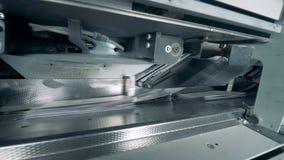 O papel está obtendo impresso por um mecanismo industrial video estoque