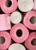 O papel higiênico cor-de-rosa e cinzento diferente rola o teste padrão do macro do fundo do close-up Imagem de Stock Royalty Free