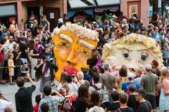 O papel Mache mascara o trunfo e o Clinton In Halloween Parade da paródia Fotografia de Stock