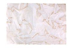 O papel marrom velho amarrotado no fundo branco isolado perto acima com plase do texto, enrugou a folha de papel vazia suja, espa imagem de stock
