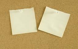 O papel nota o pino na placa da cortiça Imagem de Stock