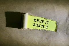 O papel rasgado com palavra MANTÉM A TI SIMPLES Fotografia de Stock Royalty Free