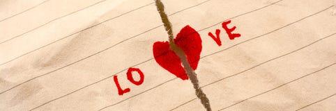 O papel rasgado diz o amor Fotografia de Stock