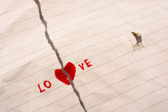O papel rasgado diz o amor Imagens de Stock