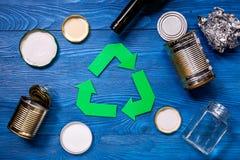 O papel recicla o sinal com lixo de aço na opinião superior do fundo azul da tabela Foto de Stock Royalty Free