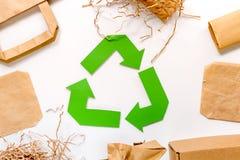 O papel recicla o sinal com lixo do papel e da caixa na opinião superior do fundo branco Foto de Stock