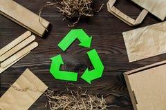 O papel recicla o sinal com lixo do papel e da caixa na opinião superior do fundo de madeira Imagens de Stock