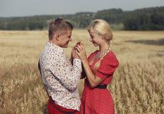 O par anda através de um campo das orelhas maduras do trigo Imagens de Stock
