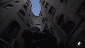 O par apaixonado é de beijo e de aperto na obscuridade video estoque
