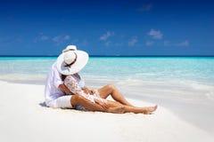 O par aprecia sua lua de mel em Maldivas fotos de stock