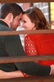 O par bonito olha em cada outro eyes Fotografia de Stock Royalty Free