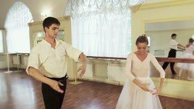 O par bonito que executa o bailado junta, pas de deux filme