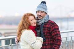 O par considerável gosta de andar na cidade inverno envelhecido dos gostos do indivíduo e das mulheres As mulheres rudes afagam a imagem de stock