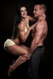 O par da aptidão levanta no estúdio - homem e mulher aptos Fotografia de Stock