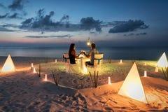 O par da lua de mel está tendo um jantar privado, romântico foto de stock