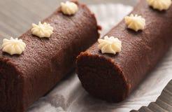O par de biscoito marrom endurece em um papel decorativo branco Foto de Stock Royalty Free