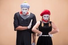 O par de dois engraçados mimica isolado no fundo Fotografia de Stock Royalty Free
