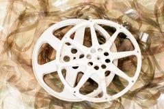 O par de filme do cinema bobina e 35 milímetros de fundo do filme Imagem de Stock