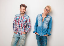 O par de homens relaxado em calças de brim ocasionais veste o sorriso Imagem de Stock Royalty Free