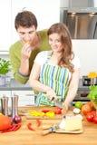 O par desportivo feliz está preparando o alimento saudável na cozinha clara fotografia de stock royalty free