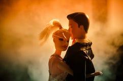 O par do casamento da boneca dentro está abraçando-se Menina modelo bonita no vestido branco Homem no terno Conceito do amor do c Fotos de Stock
