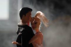 O par do casamento da boneca dentro está abraçando-se Menina modelo bonita no vestido branco Homem no terno Conceito do amor do c Foto de Stock