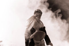 O par do casamento da boneca dentro está abraçando-se Menina modelo bonita no vestido branco Homem no terno Conceito do amor do c Fotografia de Stock Royalty Free