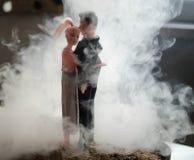 O par do casamento da boneca dentro está abraçando-se Menina modelo bonita no vestido branco Homem no terno Conceito do amor do c Fotos de Stock Royalty Free