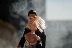 O par do casamento da boneca dentro está abraçando-se Menina modelo bonita no vestido branco Homem no terno Conceito do amor do c Imagens de Stock Royalty Free
