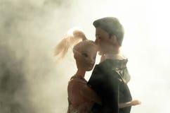 O par do casamento da boneca dentro está abraçando-se Menina modelo bonita no vestido branco Homem no terno Conceito do amor do c Imagens de Stock