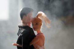 O par do casamento da boneca dentro está abraçando-se Menina modelo bonita no vestido branco Homem no terno Conceito do amor do c Imagem de Stock