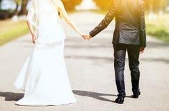 O par do casamento está apreciando o casamento Imagens de Stock