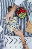 O par do moderno aprecia ostras frescas Fotos de Stock