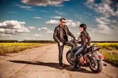 O par dos motociclistas está na estrada Imagem de Stock