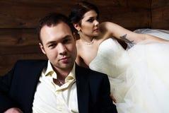 O par em seu casamento veste-se no celeiro com feno Fotografia de Stock Royalty Free