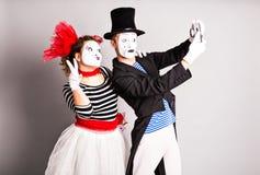 O par engraçado de mimica tomando uma foto do selfie, April Fools Day Imagem de Stock Royalty Free