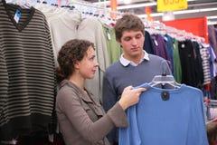 O par escolhe a camisola imagem de stock