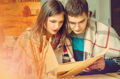 O par escolhe a refeição do menu imagens de stock