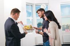 O par está considerando o projeto futuro do apartamento Imagens de Stock